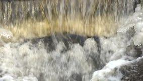 Volume de água sujo e gelo do desperdício da água de esgoto no inverno Polui??o ambiental vídeos de arquivo