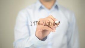 Volume di dati, scrittura dell'uomo sullo schermo trasparente Fotografia Stock Libera da Diritti