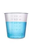 Volume di plastica medico classificato con acqua isolata su bianco Fotografie Stock Libere da Diritti