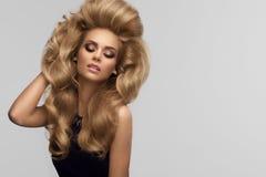 Volume do cabelo Retrato do louro bonito com cabelo ondulado longo H Fotografia de Stock