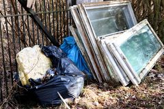 Volume e lixo com janelas quebradas fotos de stock