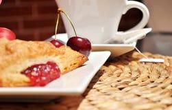Volumen de ventas, cerezas y té de la cereza del desayuno del verano imagen de archivo