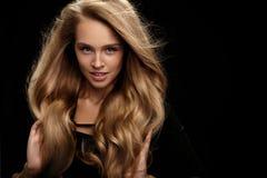 Volumenhaar Schönheits-vorbildliches With Long Blonde-Haar Lizenzfreies Stockbild