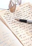 Volumes, lunettes, et un stylo-plume. Image libre de droits