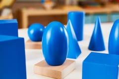 Volumes solides géométriques en bois de Montessori photographie stock libre de droits