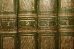 Volumes van oude boeken met het gouden van letters voorzien op de dekking stock afbeeldingen