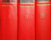 Volumi di vecchi libri con l'iscrizione dell'oro sulla copertura fotografie stock