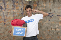 Voluntário com a caixa da doação da movimentação do revestimento Foto de Stock Royalty Free