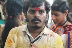Voluntário dentro de um templo hindu, Hyderabad, Índia Fotos de Stock