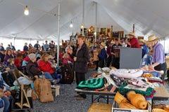 Voluntário dos leiloeiros de Amish na venda anual da lama imagem de stock royalty free