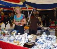 Voluntário no bazar holandês Fotos de Stock