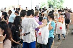 Voluntários a ajudar a alinhar o saco Imagem de Stock Royalty Free