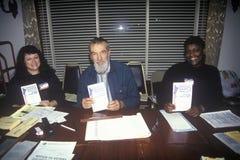 Voluntários da eleição que indicam cédulas de amostra Imagem de Stock Royalty Free