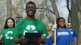 Voluntários diversos alegres no grupo filme
