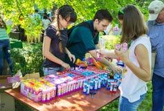 Voluntários que preparam presentes para crianças Fotografia de Stock Royalty Free