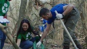 Voluntários que recolhem o lixo nas madeiras filme