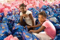 Voluntarios de la distribución Fotos de archivo libres de regalías