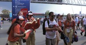 Voluntarios delante del fútbol almacen de metraje de vídeo