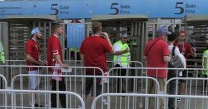 Voluntarios delante del fútbol almacen de video