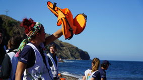 Voluntarios en la orilla griega Fotografía de archivo