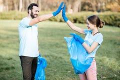 Voluntarios felices en el paark imágenes de archivo libres de regalías