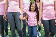 Voluntarios que apoyan campaña del cáncer de pecho foto de archivo libre de regalías