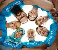 Voluntarios que ayudan hacia fuera para la caridad fotos de archivo libres de regalías