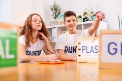 Voluntarios que disfrutan del trabajo voluntario en la asociación ecológica fotos de archivo libres de regalías