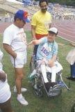 Voluntarios que entrenan al atleta joven perjudicado fotografía de archivo