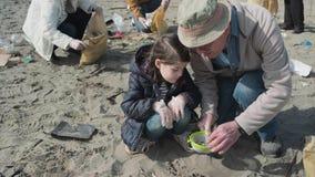 Voluntarios que limpian la playa almacen de video