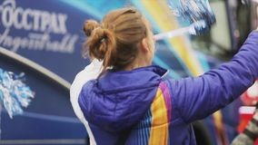 Voluntarios que sacuden el pom del pom, danza megabus Raza de retransmisión de llama olímpica de Sochi en St Petersburg almacen de metraje de vídeo