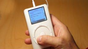 Volutas del usuario con música en iPod viejo almacen de video