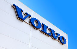 Volvo återförsäljaretecken mot den blåa himlen Arkivfoto