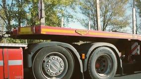 VOLVO-Anhänger-LKW-Verkehr auf Landstraße stock video footage