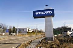 Volvo-autoembleem voor het handel drijven die op 25 Februari, 2017 in Praag, Tsjechische republiek voortbouwen Stock Afbeelding