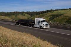 Volvo blanco/Semi-camión cargado fotografía de archivo libre de regalías