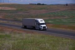 Volvo blanco/Semi-camión cargado foto de archivo libre de regalías