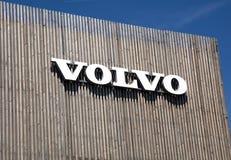 Volvo bokstäver på en träbyggnad Royaltyfri Bild