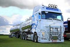 Volvo branco FH para o transporte de maioria na mostra do caminhão do poder Imagens de Stock