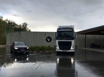 Volvo in de regen stock foto's