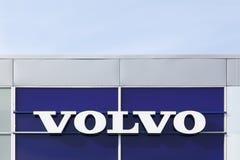 Volvo-embleem op een muur Stock Afbeelding