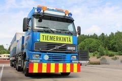 Volvo-Fahrbahnmarkierung Sattelzugmaschine und Auflieger Stockbilder