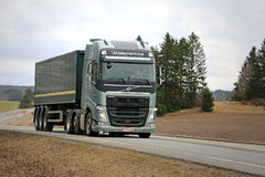 VOLVO FH 500 ημι φορτηγό με Globetrotter το αμάξι στο δρόμο Στοκ εικόνα με δικαίωμα ελεύθερης χρήσης