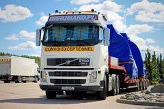 Volvo FH сверхразмерный нагружает вверх - фронт Стоковые Фотографии RF