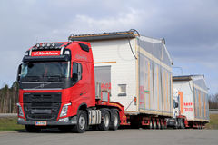 Volvo FH транспортирует модуль дома Premade как сверхразмерная нагрузка Стоковая Фотография RF