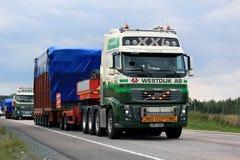 Volvo FH acarrea el objeto industrial como carga ancha Imagenes de archivo