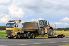 Volvo FH16 and Cat Wheel Loader on Lowboy Traiiler Royalty Free Stock Photos