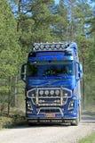 Volvo FH16 750 lastbil på den lantliga vägen Arkivfoto