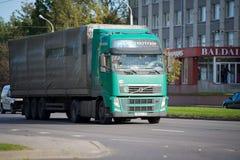 Volvo FH lastbil på vägen Arkivbild