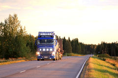 Volvo FH16 reflektory na Dusktime drodze Fotografia Royalty Free